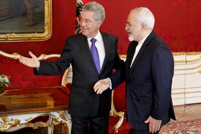 Le président autrichien Heinz Fischer (à gauche) reçoit... (PHOTO LEONHARD FOEGER, ARCHIVES REUTERS)