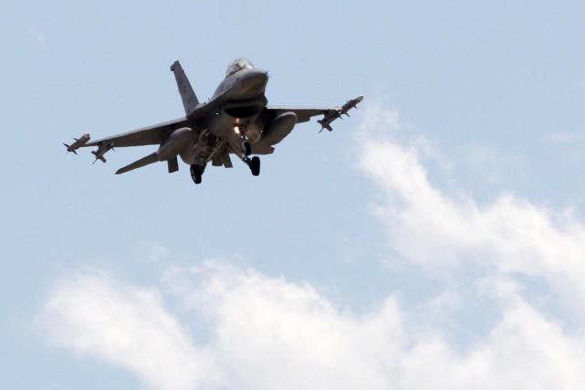 «Deux avionsF-16 ont mené des frappes aériennes à... (PHOTO UMIT BEKTAS, ARCHIVES REUTERS)