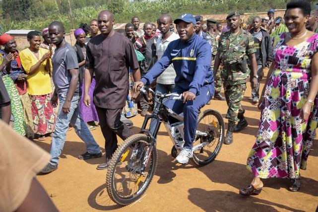 Le président sortant était arrivé à vélo -... (PHOTO BERTHIER MUGIRANEZA, ARCHIVES AP)