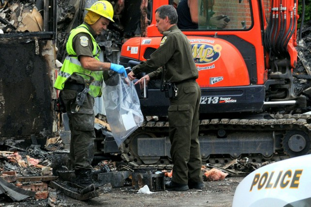 Le travail d'enquête s'est poursuivi vendredi avant-midi dans les décombres de... (Photo collaboration spéciale Éric Beaupré)