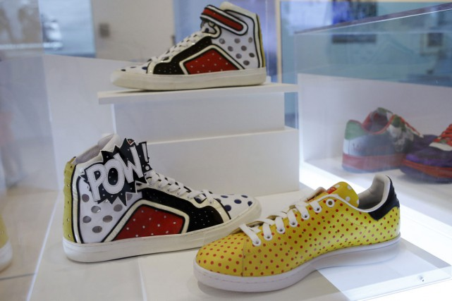 Les sneakers Powarama inspirés de l'artiste Roy Lichtenstein.... (PHOTO ARCHIVES AP)