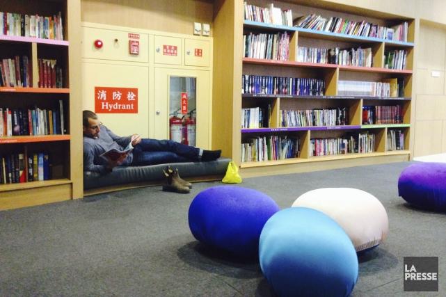 Une bibliothèque occupe une partie du terminal 2... (PHOTO SOPHIE FOURON, COLLABORATION SPÉCIALE LA PRESSE)