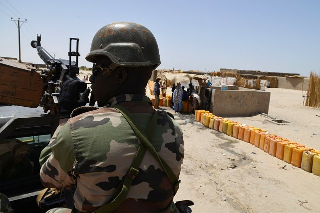 Un soldat nigérian patrouille près de la frontière.... (PHOTO ISSOUF SANOGO, AFP)