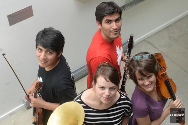 Quatre des musiciens qui participent à une tournée... (PHOTO MAXIME PICARD, LA TRIBUNE)