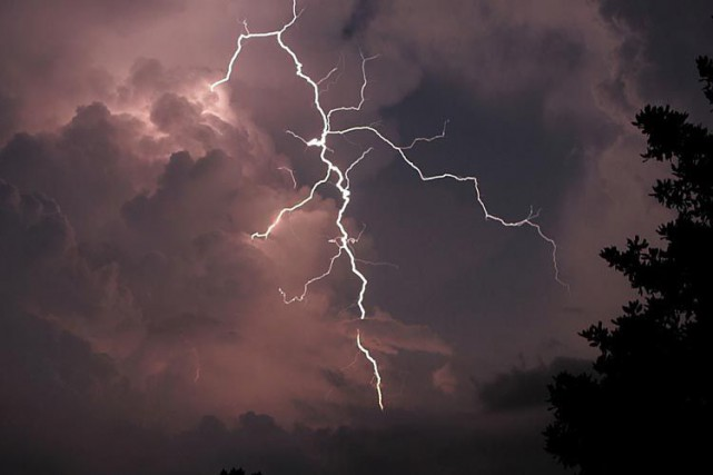 Ces orages, provoqués par le passage d'un front... (Archives, Associated Press)