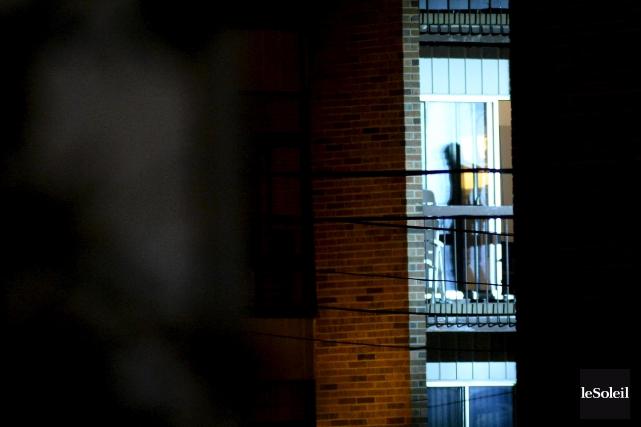 L'homme est toujours barricadé dans le logement, un... (Photo Erick Labbé, Le Soleil)