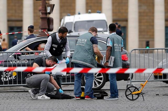 Des enquêteurs tentent de trouver des indices pour... (Photo Stephane Mahe, Reuters)