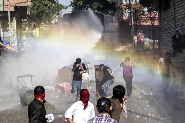 Depuis lundi, la tension est vive dans de... (PHOTO BULENT KILIC, AFP)