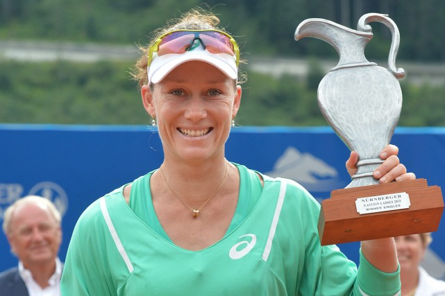 Samantha Stosur pose avec son trophée.... (PHOTO KERSTIN JOENSSON, AP)