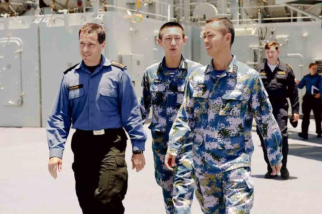 Le contre-amiral Gilles Couturier (à gauche) à bord... (Photo fournie par la Défense nationale)