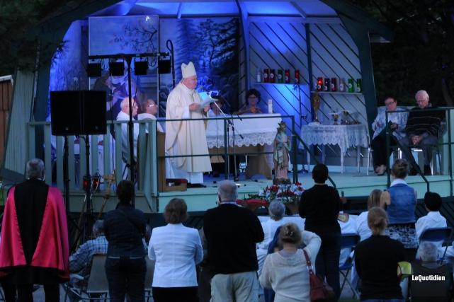 Mgr André Rivest a présidé la célébration hier... ((Photo Le Quotidien, Michel Tremblay))