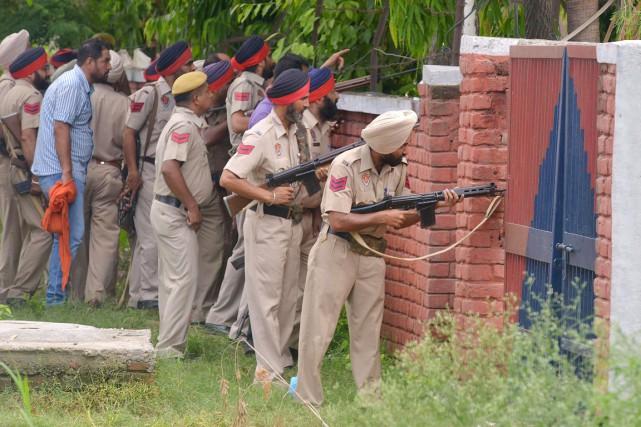 Des policiers du Pendjab prennent position alors que... (PHOTO NARINDER NANU, AFP)
