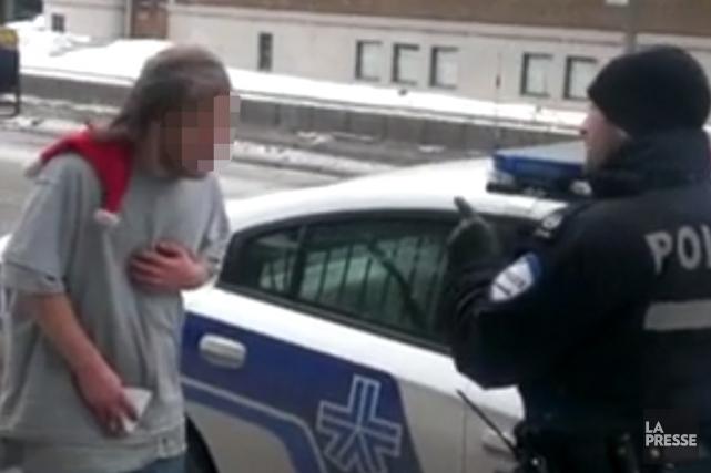 Le policier qui a menacé un itinérant vêtu de bermudas et d'un mince chandail... (Photo d'archives)
