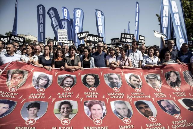 Des manifestants membres du Parti démocratique des peuples... (Photo OZAN KOSE, AFP)
