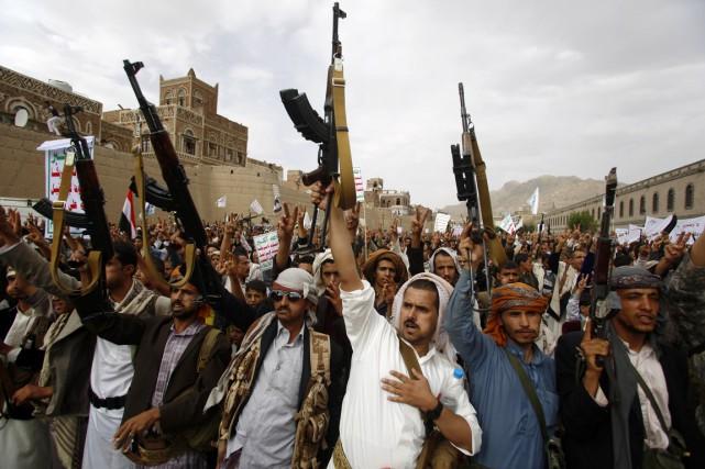 Des rebelles chiites Houthis manifestent l'arme à la... (PHOTO HANI MOHAMMED, ARCHIVES AP)