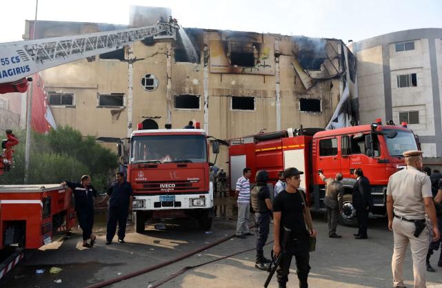 Vingt-trois voitures de pompiers ont été dépêchées pour... (PHOTO MOHAMED EL-SHAHED, AFP)