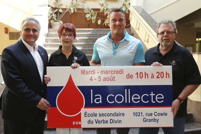 Sylvain Lauzé d'Héma-Québec, Louise Gauthier, présidente du Club... (photo Alain Dion)