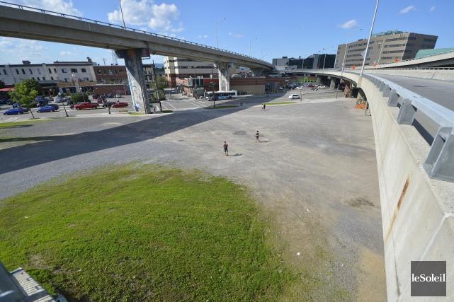 La Ville souhaite aménager un stationnement temporaire sous... (Le Soleil, Yan Doublet)