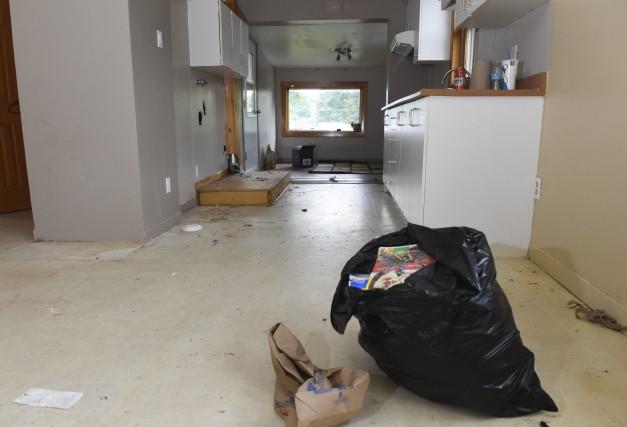 elle brise le logement et part sans payer jonathan. Black Bedroom Furniture Sets. Home Design Ideas