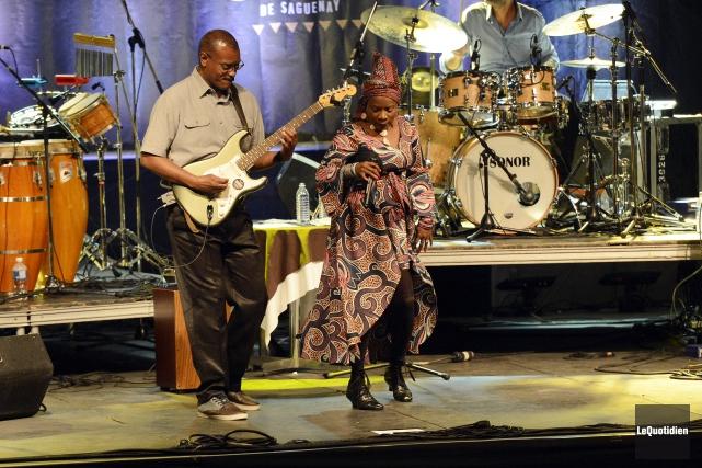 Angélique Kidjo a charmé le public, nombreux, qui... ((Photo Le Quotidien, Jeannot Lévesque))