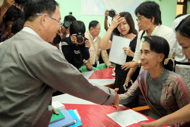 Des centaines de partisans avaient fait le déplacement... (PHOTO KHIN MAUNG WIN, AP)