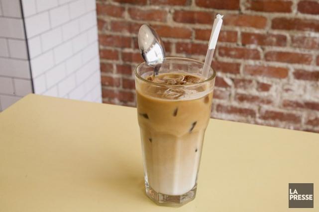 Au café Larue & Fils, le latté glacé... (PHOTO ALAIN ROBERGE, LA PRESSE)