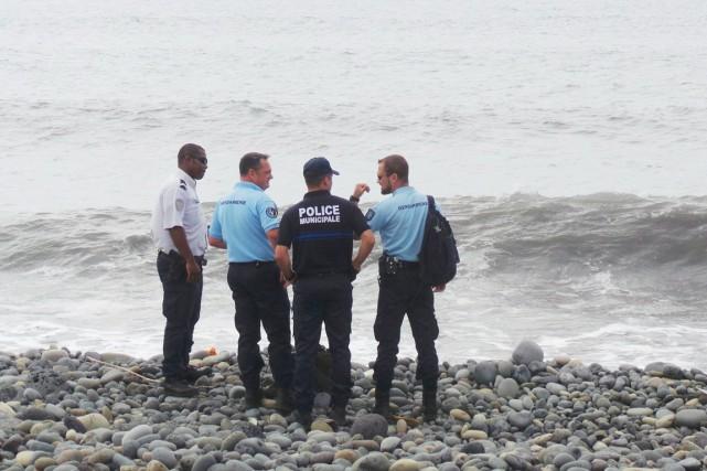 Des gendarmes français et des policiers municipaux discutent... (PHOTO PRISCA BIGOT, REUTERS/ZINFOS94)