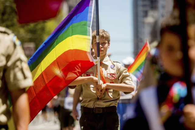 Le scout Casey Chambers porte le drapeau multicolore... (PHOTO NOAH BERGER, ARCHIVES REUTERS)