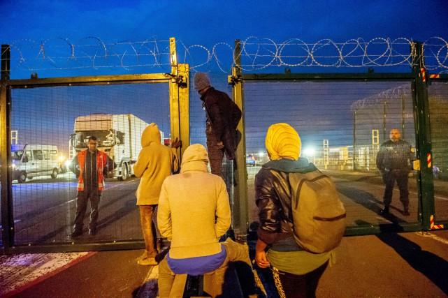 Des migrants font face à des gendarmes français... (PHOTO PHILIPPE HUGUEN, AFP)