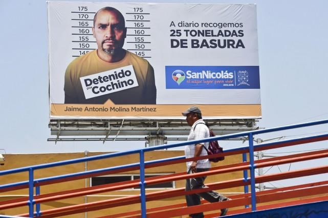 «Arrêté pour cochonnerie», peut-on lire sous le portrait... (PHOTO RONALDO SCHEMIDT, AFP)