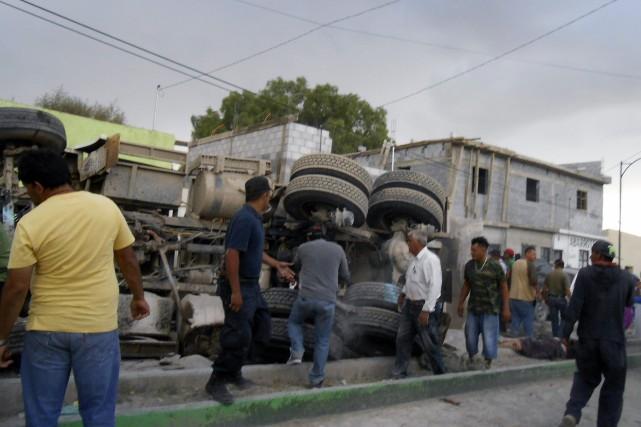 Le camion a traversé la chaussée, percuté d'autres... (PHOTO RODOLFO ANDRES FRANCISCO, AFP)