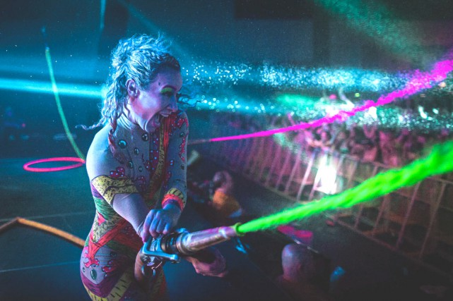 Life in Colorréunit musique électronique et projections de... (Photo Lukasz Tracz)