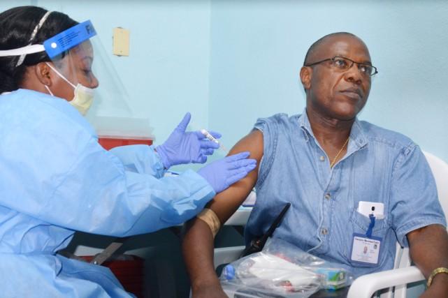 Les deux vaccins les plus avancés contre le... (PHOTO ZOOM DOSSO, ARCHIVES AFP)