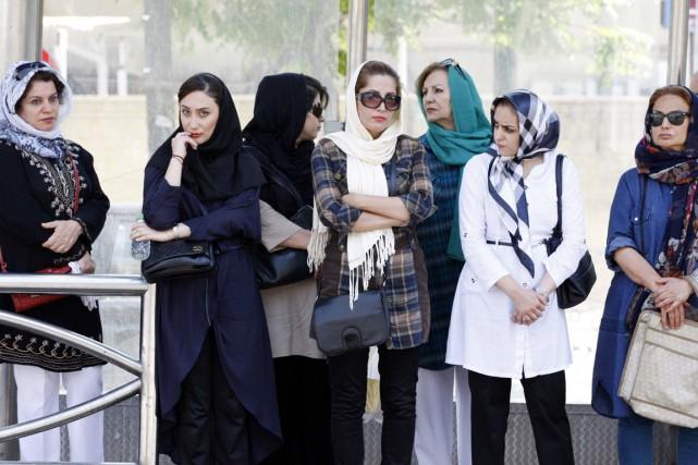 Des femmes attendent l'autobus à Téhéran, le 27... (PHOTO REUTERS/TIMA)
