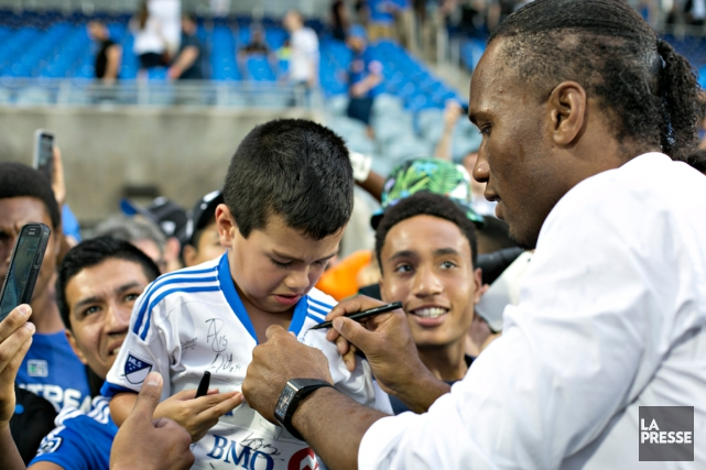 Didier Drogba a autographié le maillot d'un jeune... (Photo Olivier Jean, La Presse)