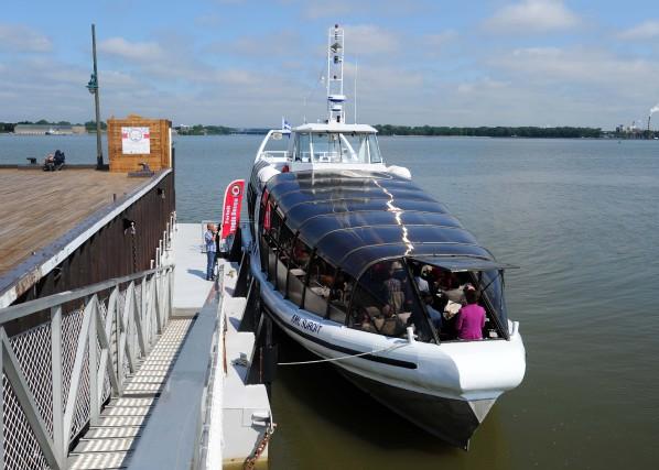 Les citoyens sont nombreux à prendre le bateau... (Photo: Andréanne Lemire)