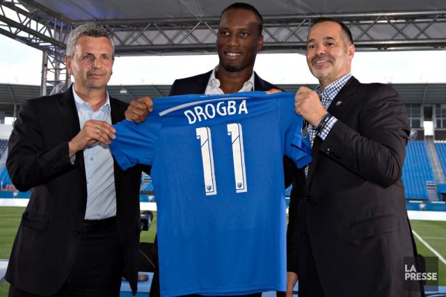 Didier Drogba entre l'entraîneur-chef de l'Impact, Frank Flopas,... (Photo Olivier Jean, La Presse)