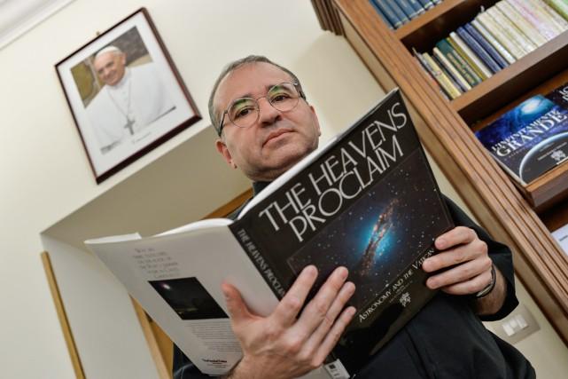Le père José Funes, directeur de l'Observatoire astronomique... (PHOTO ANDREAS SOLARO, AFP)