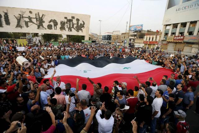 Des Irakiens manifestent leur colère, square Tahrir Square,... (Photo Thaier Al-Sudani , Reuters)