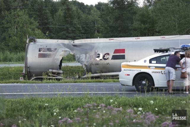 Un grave accident impliquant un camion citerne et trois véhicules nécessite la... (photo Catherine Trudeau)