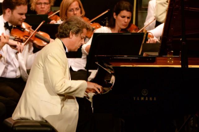 Alain Lefèvre jouant Grieg avec Kent Nagano et... (Photo Christina Alonso, fournie par le Festival de Lanaudière)