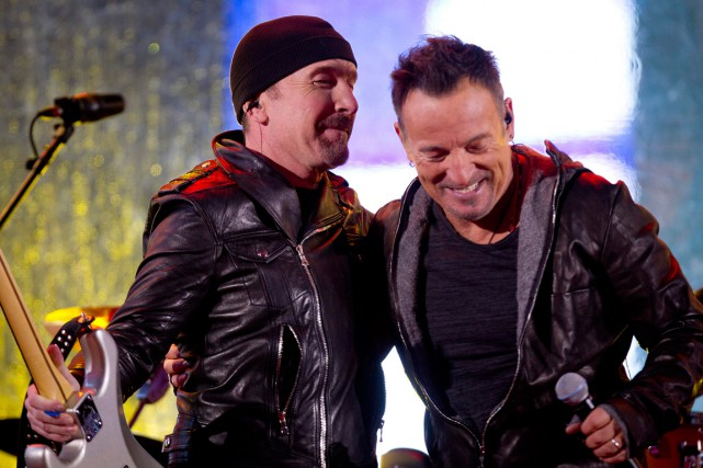 The Edge et Bruce Springsteen lors d'un concert à... (PHOTO CARLO ALLEGRI, ARCHIVES REUTERS)