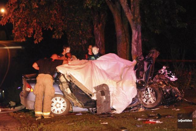 Trois personnes étaient à bord d'une voiture. Un... (PHOTO MICHEL TREMBLAY, LE QUOTIDIEN)