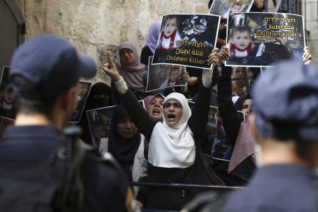 Les forces de sécurité israéliennes bloquent la route... (PHOTO AHMAD GHARABLI, AFP)
