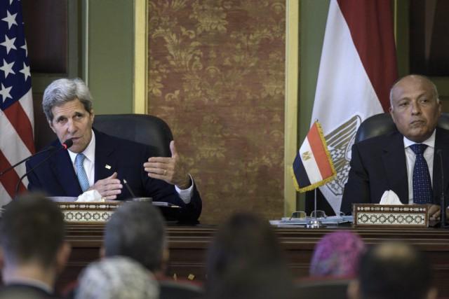 Le secrétaire d'État John Kerry et son homologue... (Brendan Smialowski)