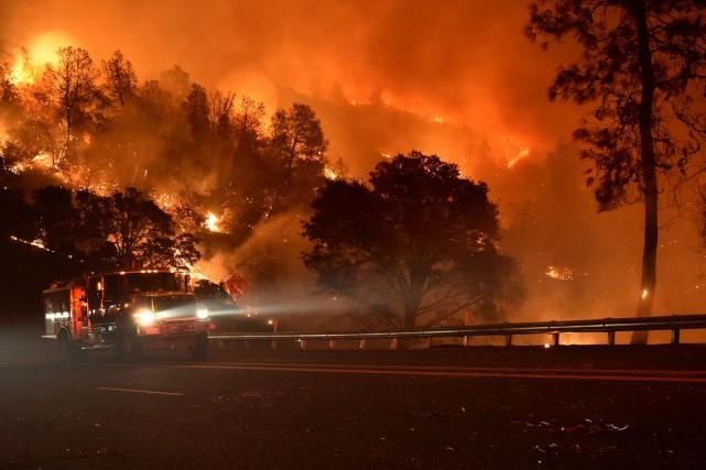 Dimanche, quelque 8500 pompiers combattaient 21 vastes incendies,... (Photo AFP)
