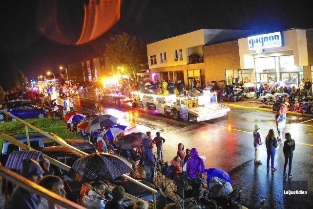 Le défilé de nuit du Festival du bleuet... ((Photo Le Quotidien Louis Potvin))