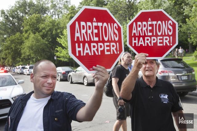 Une cinquantaine de manifestants attendaient l'arrivée de Stephen... (Photo Robert Skinner, La Presse)