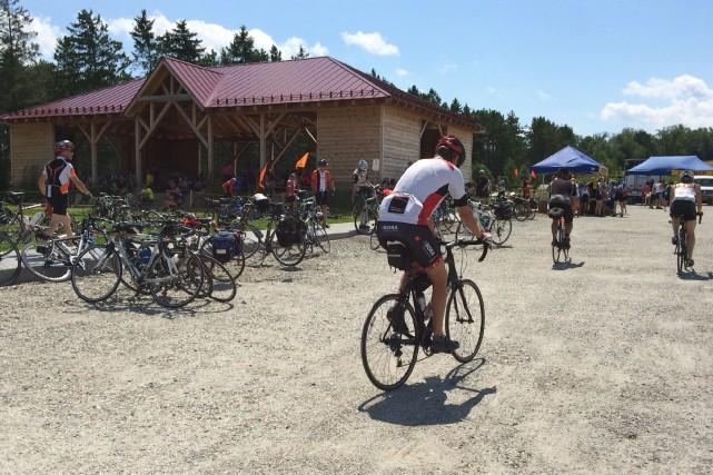 Les cyclistes du Grand tour de Vélo Québec sont de retour en Estrie. Depuis... (La Tribune, Jean-François Gagnon)