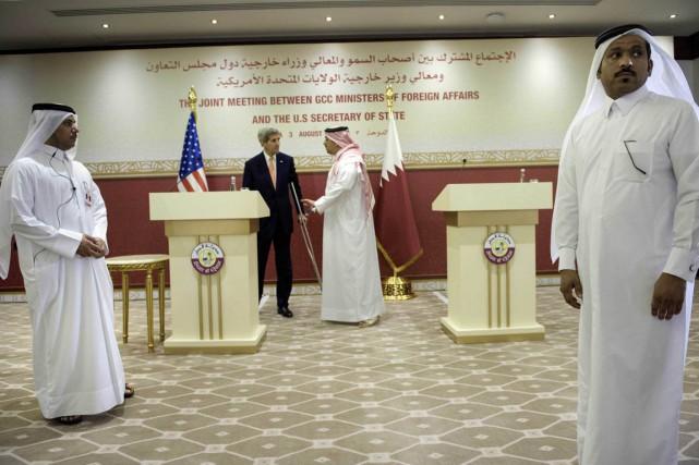 Le Secrétaire d'État américain John Kerry, center et... (Photo Brendan Smialowski, AP)